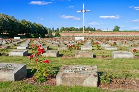 memorial cross: Antigua fortaleza en Terezín, República Checa. Hoy en día en esto es una parte del monumento conmemorativo para el ghetto judío que Theresienstadt fue durante la Segunda Guerra Mundial.