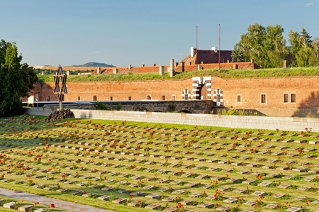 memorial cross: Antigua fortaleza en Terezín, República Checa. Hoy en día en esto es parte del monumento conmemorativo del gueto judío que Theresienstadt fue durante la Segunda Guerra Mundial.