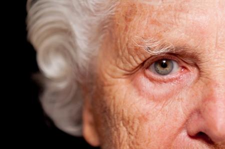 Portret starszego kobiety na czarnym tle. Zdjęcie Seryjne