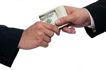 Dar un soborno, las manos de hombres de negocios sobre un fondo blanco.