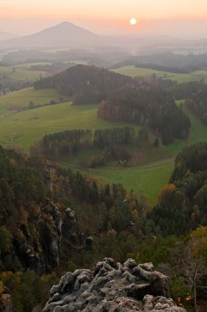 czech switzerland: Tramonto in una bella montagna di Sassonia-ceca Svizzera.