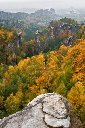 czech switzerland: Vista di un paesaggio autunnale bella Ceca-Svizzera Sassonia.