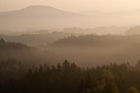 czech switzerland: Sunrise in una bella montagna di Sassonia-ceca Svizzera.