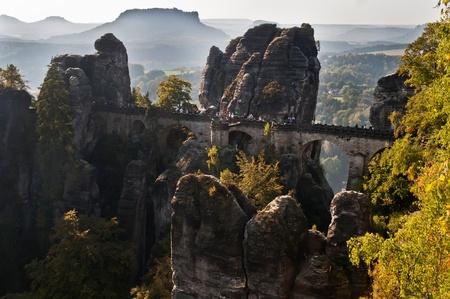 czech switzerland: Bastei Bridge in una bella montagna di Sassonia-ceca Svizzera. Il Bastei è stata una attrazione turistica per oltre 200 anni