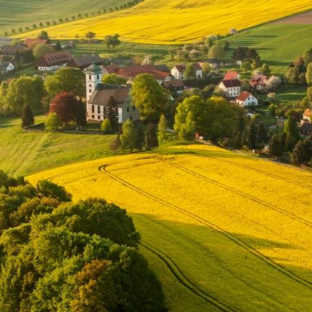 aerial: Vista del villaggio tradizionale sassone, foto scattata in Germania. Immagine panoramica, formato quadrato.