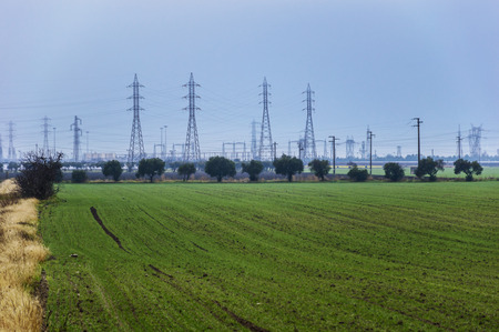torres el�ctricas: campa�a de campo con el fondo de las torres de electricidad Foto de archivo
