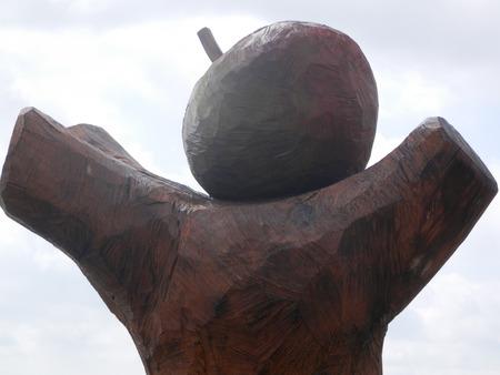 big apple: Big Apple  bleskulpturen carved from a dead oak, Graasten, Denmark