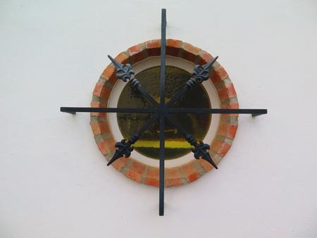 rejas de hierro: barras de hierro decorativos sobre el envolvente de ladrillo ventana redonda Foto de archivo