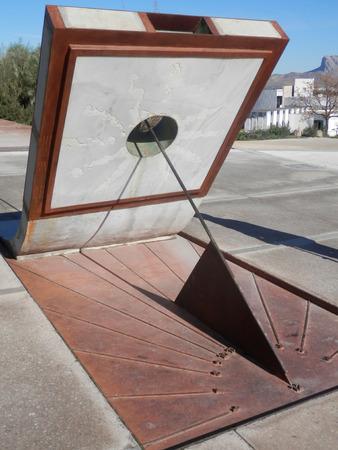 reloj de sol: Esculpido del reloj de sol moderno cerca antiguo cementerio en Antequera, Andalucía