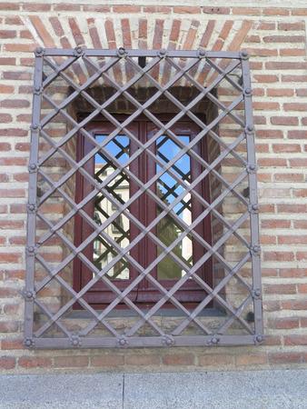 Hierro forjado parrilla o ventana en bares en el centro de Madrid, España Foto de archivo