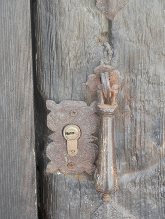 antique keyhole: Antique wooden door with knocker and keyhole