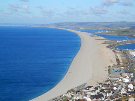 shingle beach: View from Portland over the village of Chesil along Chesil Beach, a 29 km long shingle beach Dorset, England, UK