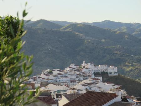 Calvario-kerk in de vroege ochtendzon op heuvel in vallei in Andalusia Stockfoto