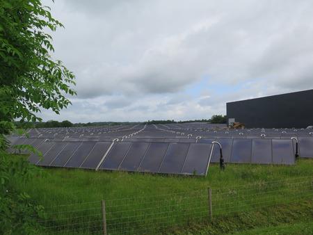地域暖房の南デンマークの植物で太陽パンネルズ