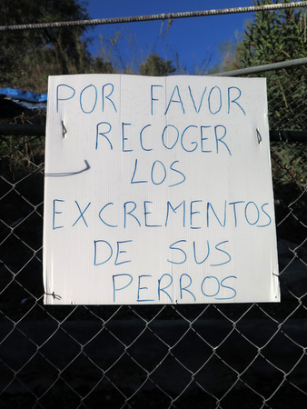 Sign in Spanish asking dog owners to clean up after their dogs