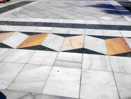 Gros plan de l'illusion d'optique de la chaussée sur La Rabmbla dans le centre-ville d'Almeria, Espagne