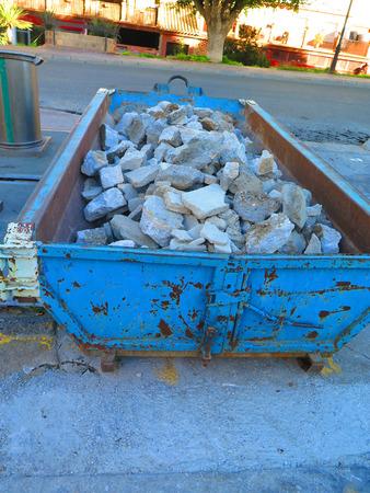Piedras del pavimento desechadas en constructores saltar en pueblo andaluz Foto de archivo