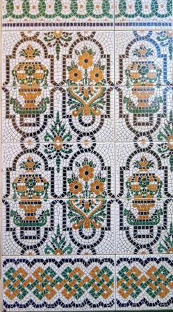 Acabado de pared de azulejos de cerámica de colores en el pueblo de Andalucía Foto de archivo