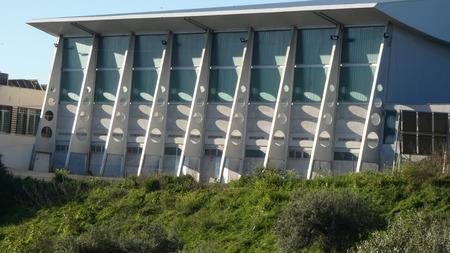 Strebepfeiler werfen Schatten auf Dorfsportzentrum im andalusischen Dorf Alora