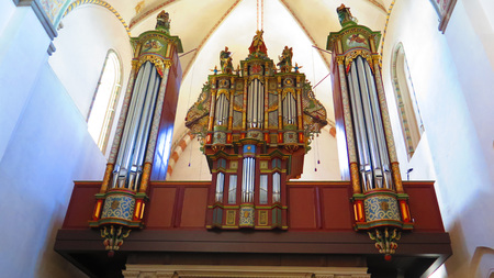 Vaulted cathedral ceiling and organ with elaborate design in Danish market town 에디토리얼