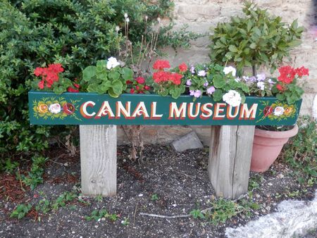 Colorful sgn on Grand Union tow path for canal nuseum in Stoke Bruerne, England 版權商用圖片