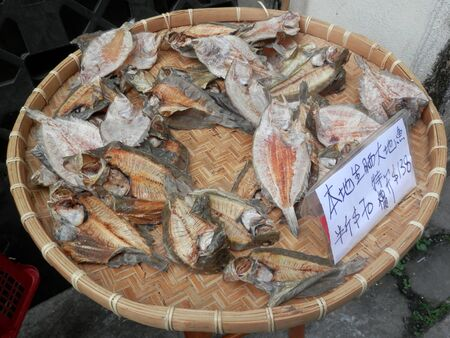 Display of Dried fish on woven tray in Hong kong fishing village Stockfoto
