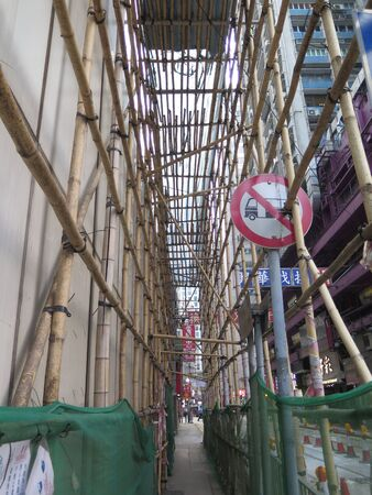 Hong Kong, East Asia - November 14, 2019: Intricate bamboo scaffolding on building in Hong Kong business district Stockfoto