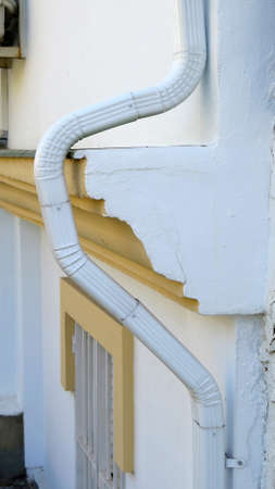 Front wall ledge circumvented by bending plastic drainpipe