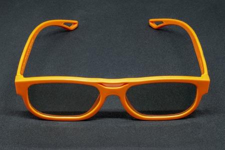 Verres tridimensionnels orange sur fond gris foncé
