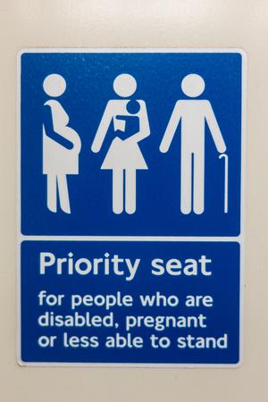 Bevorzugter Sitzplatz für behinderte, schwangere oder behinderte Personen in einem Londoner Zug