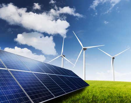 paneles solares: Los paneles solares y turbinas de viento generadoras de energía verde. Foto de archivo