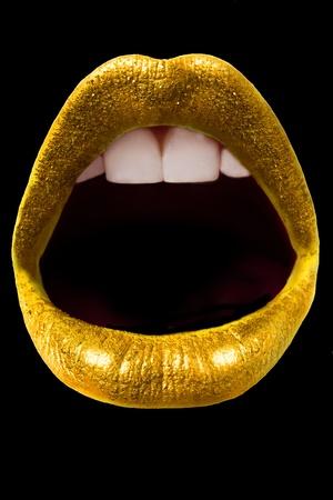 블랙에 고립 된 도발적인 골드 반짝임 입술 스톡 콘텐츠