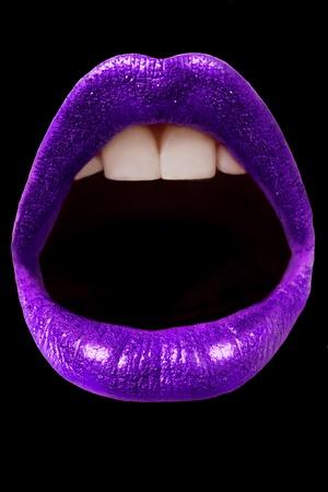 검은 배경에 고립 된 보라색 반짝이 입술 스톡 콘텐츠