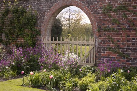 English Garden Border & Old Brick Arch 스톡 콘텐츠