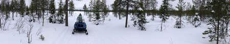finland�s: motos de nieve en el paisaje finland�s Foto de archivo