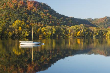 反射湖・ ボート 写真素材