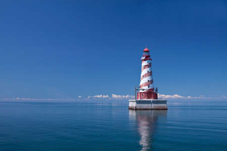 lake michigan lighthouse: Rojo y blanco a rayas Faro Marino