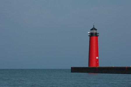 lake michigan lighthouse: Red Faro En El Rompeolas Foto de archivo