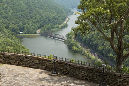 新しい川の峡谷景観