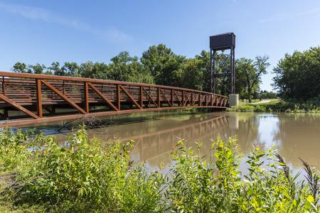 歩行者リフト ブリッジ上の泥の河