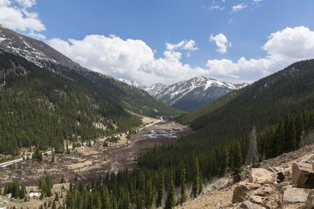 Paesaggio panoramico del passo delle montagne rocciose Archivio Fotografico