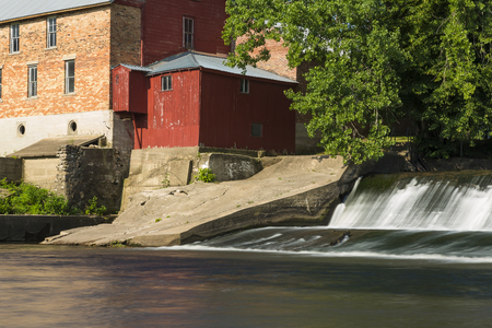 Old Grist Mill and Dam 版權商用圖片 - 122007434
