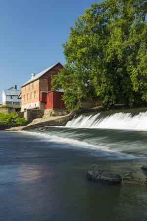 Old Grist Mill and Dam 版權商用圖片 - 122007512