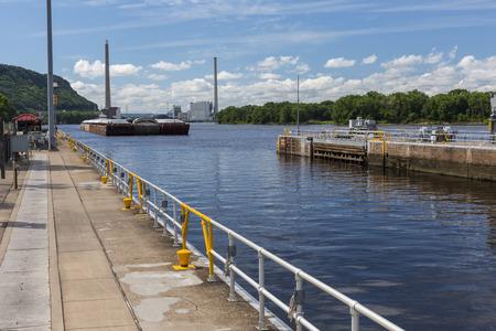 Barge Entering Lock & Dam On The Mississippi River 版權商用圖片