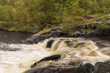 Cascade de la rivière Eau Claire en automne