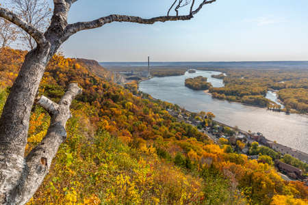 Mississippi River Scenic View In Autumn 版權商用圖片