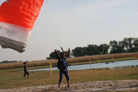 caida libre: Paracaidista en alegr�a despu�s de aterrizar en la mejor zona de aterrizaje