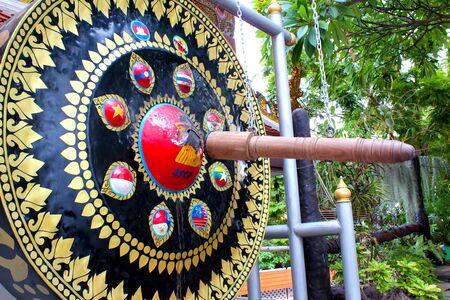 Grande gong nero decorato con motivi thailandesi, appeso nel tempio thailandese, Bangkok, Thailand