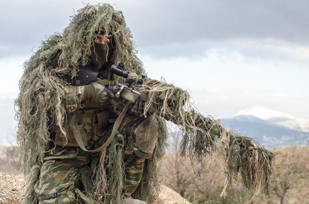 Sniper posición traje de camuflaje