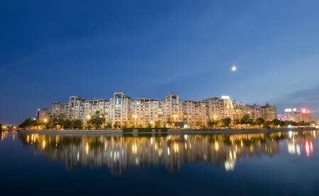 bucarest: Sc�ne de nuit � Bucarest avec rivi�re Dambovita et de la lune. Roumanie